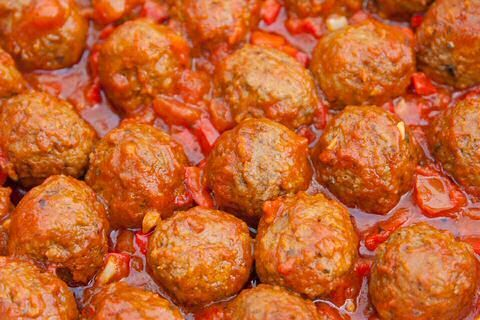 5 lekkere balletjes in tomatensaus recepten: supersnel 1pansgerecht van Piet Huysentruyt, 3 sterren recept van Peter Goossens, 1 uur pruttelen bij Jeroen Meus.