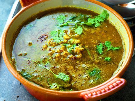 Indisk linssoppa med röda linser smaksatt med garam masala, koriander, lime och chili. Receptet kommer från kokboken Måndag-torsdag: riktig mat för familjen.