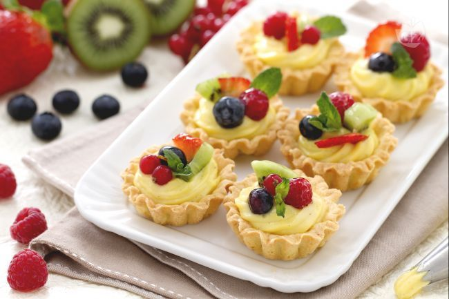 I cestini di frutta sono pasticcini finger food, deliziosi e coloratissimi: un piccolo guscio di frolla ripieno di crema e tanta frutta fresca!