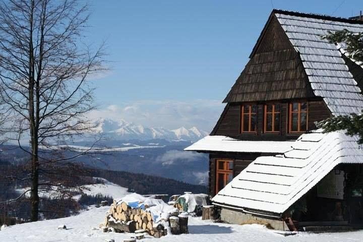 Schronisko nad Wierchomlą zimą, pasmo Jaworzyny Krynickiej, Beskid Sądecki, Polska