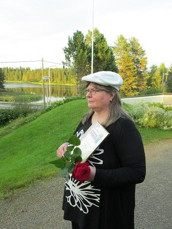 Kemiläissyntyinen Eija Junno-Pihlainen sai Einari Vuorela - seuran Runon ruusun 2013 huomionosoituksena ansioituneesta kulttuurivaikuttamisesta Keuruulla.