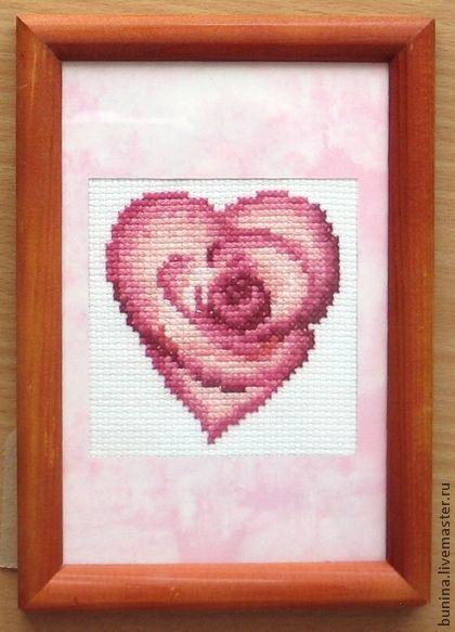Валентинка вышитое сердце. Мини картина вышита крестиком и вставлена в деревянную рамку, которую можно повесить на стену или поставить на тумбочку.  Ее можно использовать в качестве валентинки.   Это маленький трогательный подарок для своих…