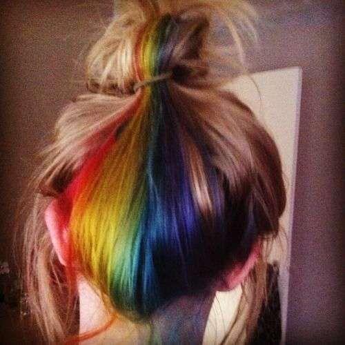 El Arcoíris Oculto, la nueva tendencia para el cabello - Arcoiris oculto moño