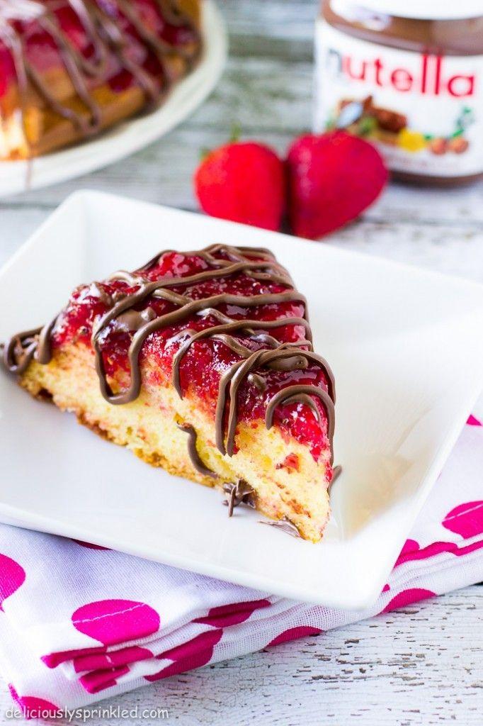 Κέϊκ γιαουρτιού με γλάσο φράουλας και σιρόπι Nutella's