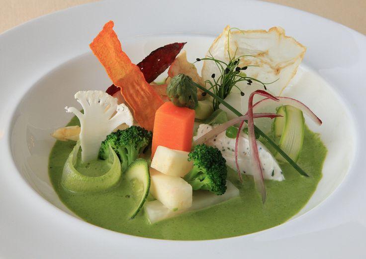 Composizione di verdure di stagione,su crema di rucola e pinoli