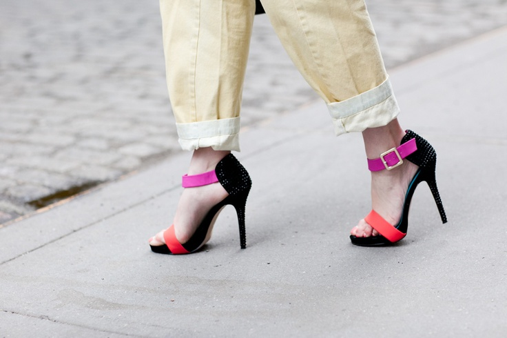 Colorblock.Neon Accessories, Shoes Coral, Black Outfit, Multicolored Straps, Neon Style, High Heels, Block Heels, Nice Colors, Fuchsia Straps