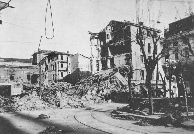 Milano, Piazza Fontana e via Alciato dopo i bombardamenti del 1943