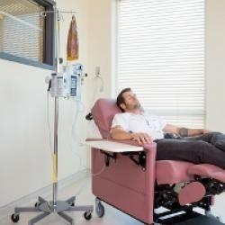 Los pacientes de cáncer testicular que reciben tratamiento de quimioterapia con cisplatino suelen experimentar al mismo tiempo pérdida de audición y tinnitus.