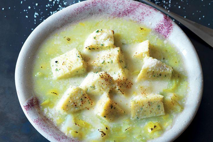 Zuppa di porro e dadi di semolino