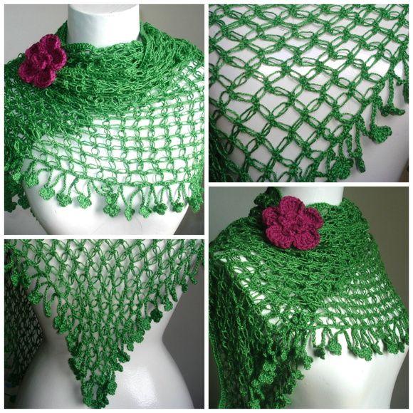 Xale em crochet com franja de florzinhas e broche de flor. Confeccionado em…