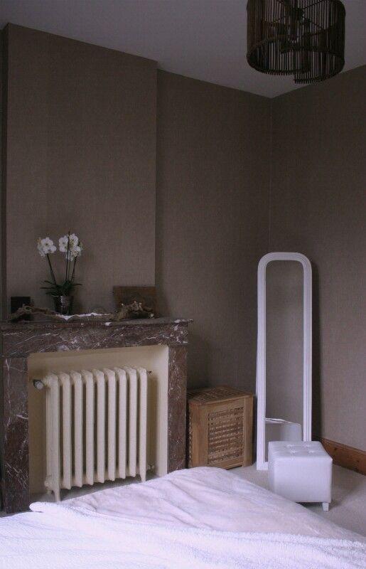 Chambre parentale classe, taupe, cheminée en marbre rouge, radiateur ...