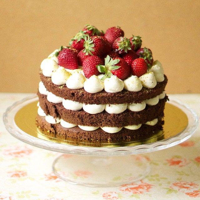 Шоколадный голый торт с клубникой