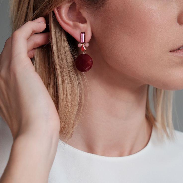 """Bloemenprints zijn weer helemaal hot deze zomer en er is een grote kans dat er roze tinten in zitten! Deze """"Centrifuschia"""" oorbellen komen dus als geroepen. Het roze staafje op het oor is glashelder en zorgt voor een extra lumineus effect!"""