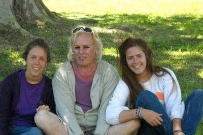 """""""Asumí que era una mujer pero sigo siendo el padre de mis hijos"""". María Laura Alemán fue un hombre llamado Eduardo, se casó y tuvo tres hijos. Pero a los 50 años, y luego de una grave enfermedad, decidió hacerse cargo de lo que sentía. Hoy es una mujer trans y sus hijos lo aceptaron. Gisele Sousa Dias   Infobae, 2017-04-16 http://www.infobae.com/sociedad/2017/04/16/asumi-que-era-una-mujer-pero-sigo-siendo-el-padre-de-mis-hijos/"""