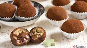"""Dall'unione di uno dei dolci al cucchiaio più amati di sempre e di piccoli dolcetti golosissimi, noti come """"tartufi"""", nasce una ricetta assolutamente imperdibile: i tartufini al tiramisù. Sono deliziose praline a base di mascarpone, zucchero e caffè arricchite da un ripieno di cremosa Nutella e spolverate di cacao"""