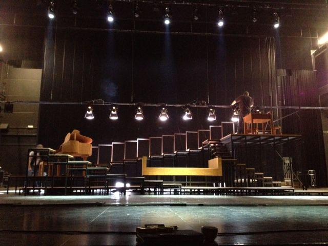Ik baseer het decor van de toneelvoorstelling 'Op een dag was de liefde moe' op dit decor. Het is een hedendaags decor dat een woonkamer van een koppel weergeeft. Er staat uiterst links een piano, in het midden de zetel en uiterst rechts staat de keuken of de eetkamer. Het is de bedoeling dat het herkenbaar is, maar toch sober ingericht. Zo krijgt het een universeel karakter.