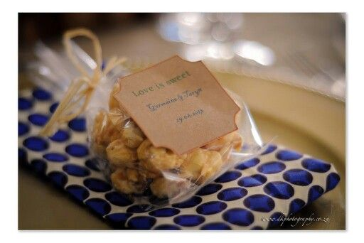 Caramel popcorn as a thank you favour. Use your napkin to sneak in your wedding colour. Subtle, yet tasteful.