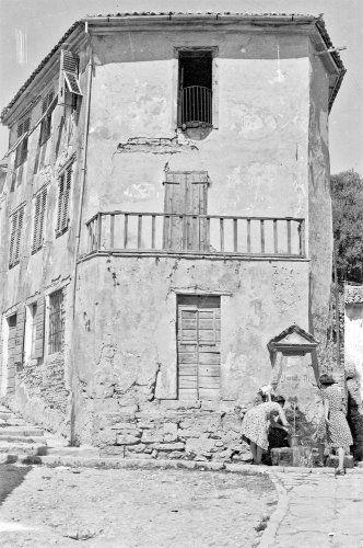 Zante, old fountain - Η παλιά βρύση. Ζάκυνθος, 1949 Περικλής Παπαχατζιδάκης - Μουσείο Μπενάκη