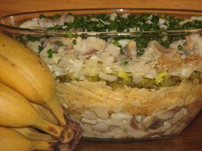 Przepis na sałatka warstwowa ze śledziem i jabłkiem. Filety śledziowe zalać 1 szklanką zimnej wody. Dodać do nich 2 łyżki octu 10% i 2 łyżki soku z cytryny. Wymieszać i moczyć matiasy przez około 60 minut.