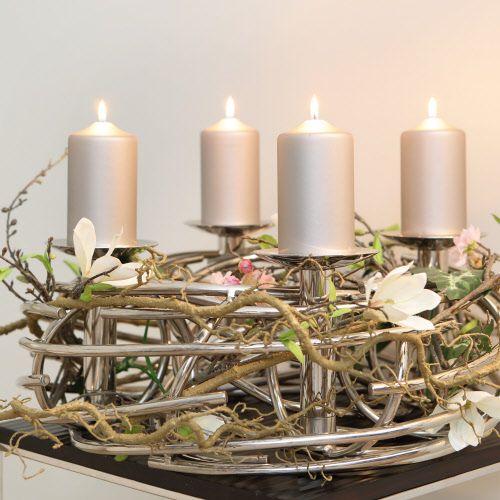 """Einzigartiger, handgefertigter Leuchterkranz, vernickelt, inkl. 4 Kerzenhalter  Wenn es draußen dunkel und kalt ist, kehrt die Gemütlichkeit zu Hause ein. Der Dekokranz """"Corona"""" von Fink Living bringt festlichen Glanz in die eigenen vier Wände. Als moderne Interpretation des klassischen Adventskranzes ist er komplett von Hand gearbeitet und vernickelt. So ist jedes Stück ein Unikat. Für ein luxuriöses Ambiente sorgen vier abnehmbare Kerzentüllen. Das Design-Objekt ist so schlicht und…"""