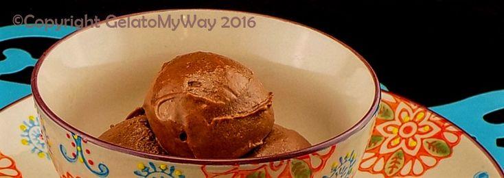 Bentrovati, oggi vi propongo un gelato pieno di gusto, ma adattissimo a chiunque purchè non sia allergico al cioccolato. Vegani, intolleranti al lattosio, al glutine tenete questa ricetta come un o…