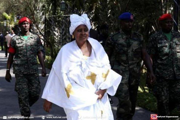 L'ancienne vice-présidente de Gambie, Isatou Njie-Saidy, a été citée lundi comme la signataire d'un compte bancaire pour la fondation