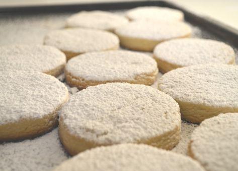 Esta es la Receta de los Mantecados, una tradicional galleta a base de manteca, que recomiendo como preparación ideal para los días de navidad. Acá tienes la receta.