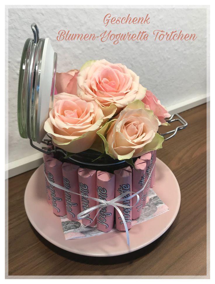 Yogurette Torte gebastelt mit echten Blumen Rosen als Geschenk oder Mitbringsel