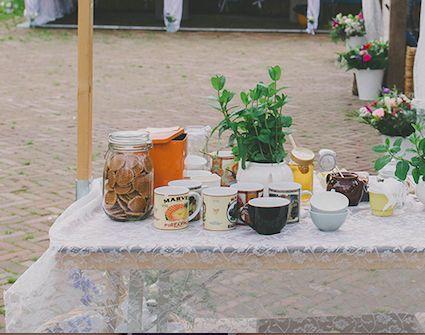 Kapperige stoopwafeltjes in een weckpot op de koffie-, thee-, en fristafel. Dat ziet er uitnodigend uit! Hoeve Kindergoed is een officiële trouwlocatie en groepsaccommodatie op een schapenboerderij in Ermelo. De locatie is te huur voor een dag(deel) of een weekend. Overnachten kan in een van de slaapzalen of op de camping. Het ervaren team helpt jullie aan een relaxte bruiloft. Ga voor meer informatie naar www.hoevekindergoed.nl