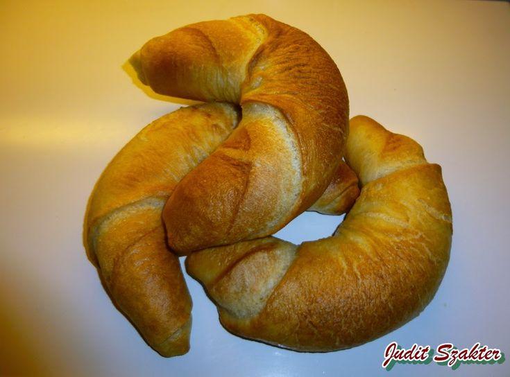 Rég voltam a városban, ezért elfogyott a kenyér és zsemle, viszont a gyerekeknek kell készítenem tízórait a suliba, elővettem a kifli recept...