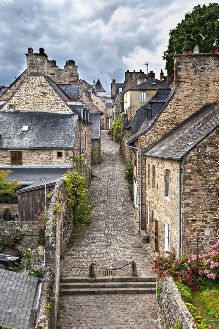En visite dans une des ruelles de Dinan - Ille et Vilaine -Bretagne -FRANCE...