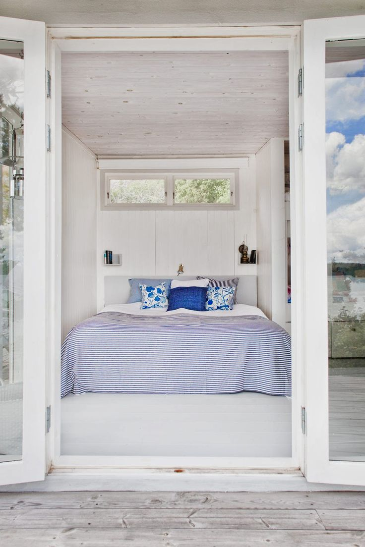 friggebod, sommarstuga, sovrum, skärgård, dubbelsäng, altandörrar i glas