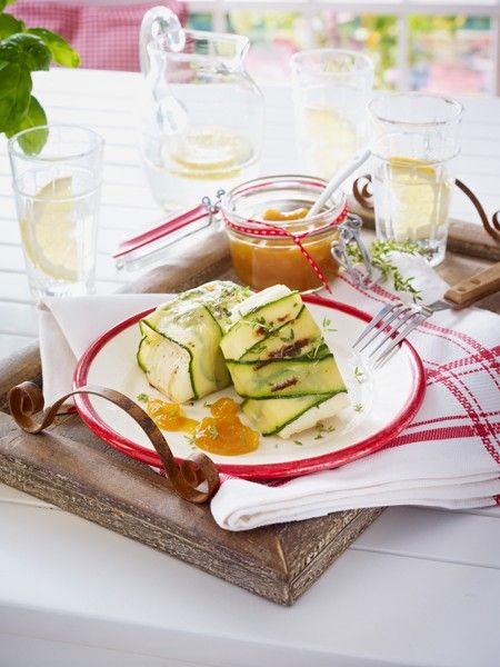 Nicht nur für Vegetarier ein Gedicht: gegrillter Schafskäse. Mit Tomaten oder Aprikosen verfeinert, schmecken die würzigen Grillpäckchen ganz besonders lecker.