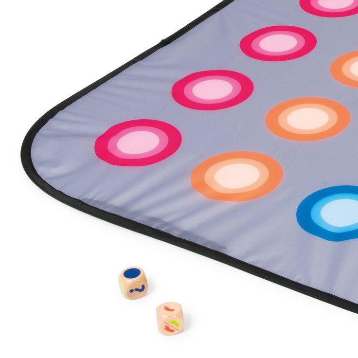 Le jeu nécessite souplesse et équilibre, l'enfant pose le tapis pop-up sur le sol. Un des joueurs lance les deux dés pour savoir sur quelle pastille il doit poser sa main ou son pied.  Et réaliser les postures est un challenge ! Ce jeu d'ambiance est idéal pour animer les goûters d'anniversaire, en intérieur ou extérieur. Le système pop-up du tapis permet de le plier et de le transporter facilement.