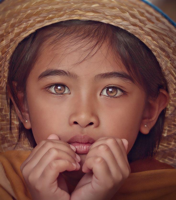 Ivy - Malaisie. Photo de Gansforever Osman. Je suis subjuguée par la beauté de cette fillette ^^ voir cette épingle : http://www.pinterest.com/pin/459367230713314808/ - en revanche, la couleur des yeux différente sur les deux photos m'interpelle un peu...