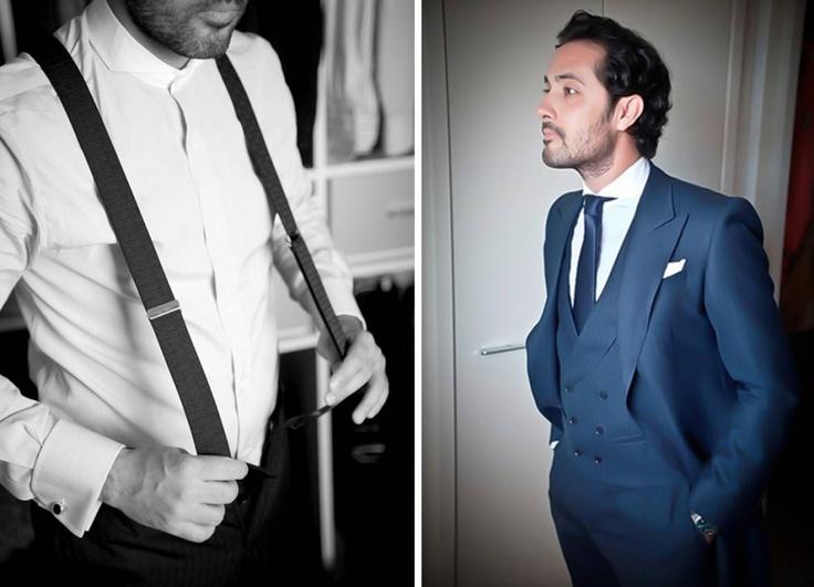 El novio, con un chaqué de espiga azul marino de la firma Scalpers, y camisa celeste de cuello italiano blanco hecha a medida por la misma firma.