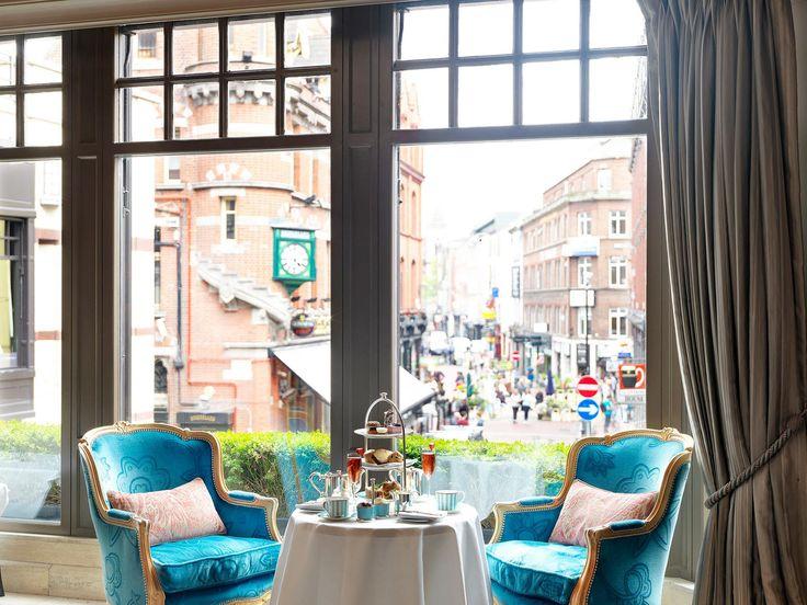 Westbury hotellin iltapäivätee tarjoillaan The Galleryssa, josta on näkymät Grafton Streetille. © The Westbury Hotel