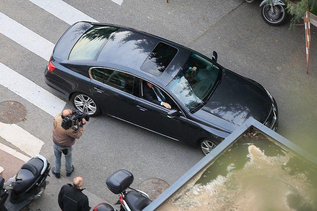 Nachwuchs für das Fürstenpaar: Fürst Albert kommt mit dem Wagen zum Krankenhaus.