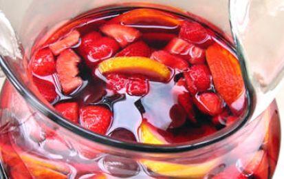 Sangria - La sangria è una bevanda appartenente alla tradizione spagnola. Si prepara con vino rosso, frutta e zucchero. L'ideale per un aperitivo estivo in compagnia.
