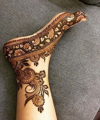 This is probably the prettiest henna pattern we have seen recently.