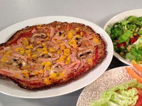 Nyttig blomkålspizza! Botten består av blomkål, fiberhusk, linfrön och havregryn. Toppas med mager ost, kalkon och grönsaker.
