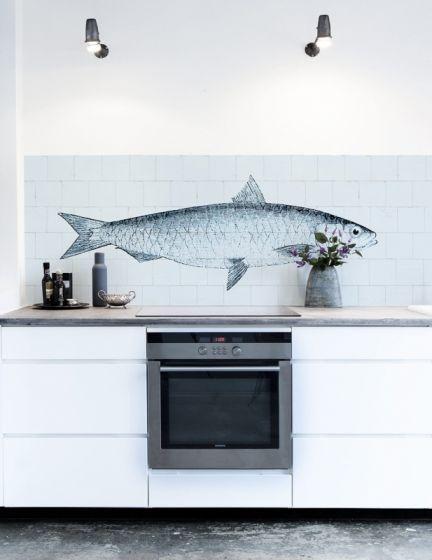 Geef je keuken een fraaie moderne look met deze Kitchenwalls special FISH op een achtergrond van oude witjes. Kitchenwalls behang oude witjes met vis 1445, behang, oude witjes, tegels, vis, fish, https://www.funky-friday.com/kitchenwalls-behang-oude-witjes-met-vis-1445.html