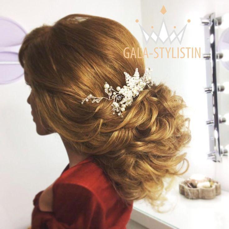 Beliebte Brautfrisur mit locker gesteckten Locken, halboffen für langes, volles Haar oder Echthaar-Extensions.