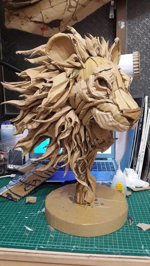 Sus obras se realizan con cartón, cutter y pegamento