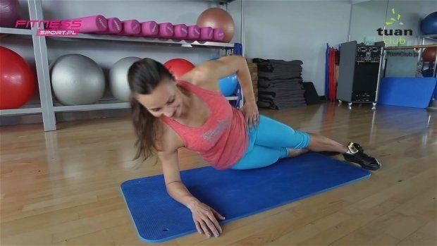 Martyna Rapp prezentuje proste i skuteczne ćwiczenia na mięśnie skośne brzucha. Martyna jest instruktorką z wieloletnim doświadczeniem. Obecnie pracuje w Tuan Club w Piasecznie.   Więcej filmów znajdziesz na kanale Rusz się na YouTube!