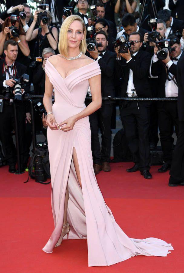Espectacular estaba la actriz en la ceremonia inaugural del Festival de Cine de Cannes con un vestido rosa con escote barco y abertura lateral de Atelier Versace