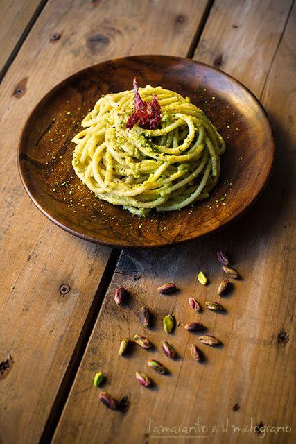 Ingredienti :  200 gr di spaghettoni 3 zucchine romanesche una manciata abbondante di pistacchi 4-5 fettine di speck di bufala mezza tazza d...
