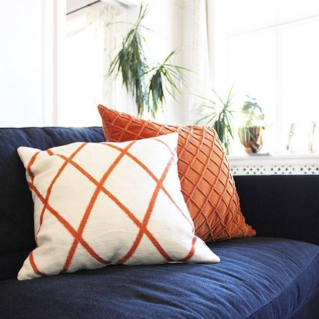 Ibland behöver familjer hjälp att styla ett helt hus och ibland kan det räcka med att  byta ut en soffa, lägga in en ny läcker matta och dekorera med kuddar för att ett rum ska öka i trivselfaktor. Jag älskar alla typer av uppdrag. Här är några bilder från min kund Eriks vardagsrum som blev klart nyligen. Förebilder ligger i slutet för den som vill se.