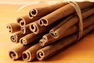 """STECCHE CANNELLA 5CM La cannella a stecche corte da 5 cm è la spezia a forma di cannuccia, molto conosciuta e utilizza in cucina. Il suo nome ha origini dall'arabo e significa """"Pianta profumata""""."""