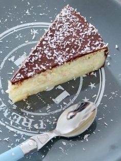 Dessert simple et rapide : fondant noix de coco recouvert d'une ganache au chocolat. Un délice !